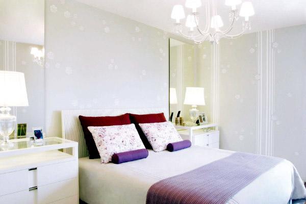 Neste quarto as listras dão a bossa, lindo papel de parede  ~ Quarto Romantico Moderno